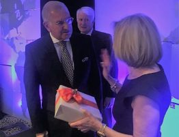 Ing Jouvin Presidente de SOLCA recibe condecoracion