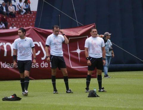 """En el partido entre Barcelona Sporting Club y Liga de Quito, jugado en la capital, los árbitros del encuentro usaron camisetas con el mensaje """"Con el Sol NO se Juega""""."""